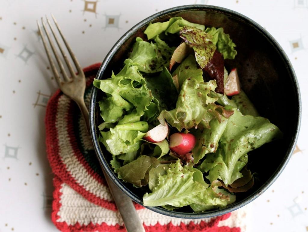 Simplicity and freshness: fresh lettuces + a few radishes + herbs + fresh Vinaigrette = :)
